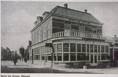 Hotel De Kroon op de hoek van de Boomkamp en de Haarstraat.