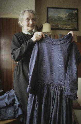 Mevrouw Markvoort toont een kledingstuk