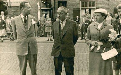 Burgemeester Enklaar en H. Bouwhuis