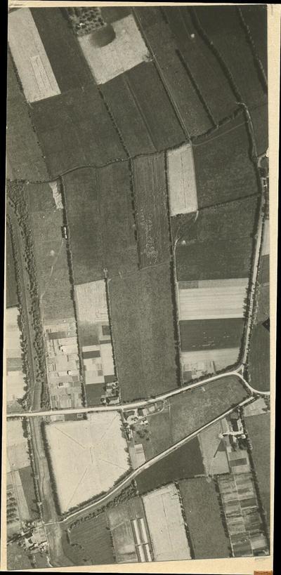 Luchtfoto van landerijen tussen Amersfoort en Hoevelaken waar later de Kruiskamp zou worden uitgebreid. Onder het midden loopt de Lageweg. Deze kruist de Groene Steeg           (verticaal). Geheel onderaan het Hoevelakense Voetpad. Van linksonder naar boven met een knik naar links loopt de Grebbelinie. Deze foto is het linker exemplaar van een stereoscopisch paar,           namelijk Vluchtbaan 3, nummer 59.