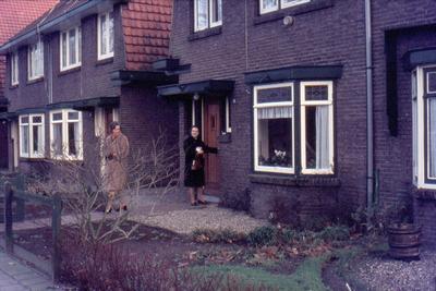Twee vrouwen, deel uitmakend van de familie Ruitenberg, familie van de fotograaf, voor hun huis in de Zwaanstraat.