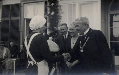 Feest bij het zilveren ambtsjubileum van Jhr. J.K.H. de Beaufort, burgemeester van Stoutenburg en Leusden. De burgemeester wordt gefeliciteerd door een           dienstmeisje.