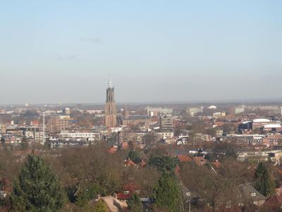 Panorama vanaf ziekenhuis De Lichtenberg richting de binnenstad. In het midden de Onze-Lieve-Vrouwetoren met rechts daarvan de Sint Joriskerk. Daarvoor bebouwing aan de           Vlasakkerweg met onder meer garage Nefkens op de hoek van de Utrechtseweg (Utrechtseweg 29-31), ook wel Nederberg genoemd. Links daarvan het gebouw van de SNS-bank, Utrechtseweg 1,           waarachter De Flint zichtbaar is.