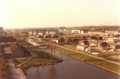 Schothorst, Amersfoort. Aan de overzijde van het water het Klaartje Donzepad. Het pand met de vele bruine puntdaken is de Openbare basisschool de Zevensprong aan het           Bruispad nr.1.