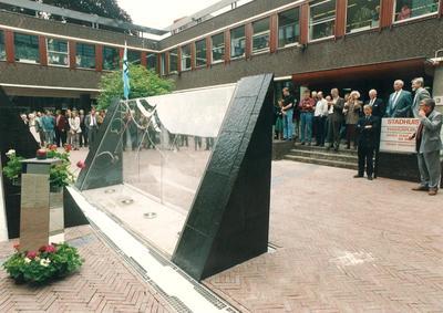 Opening van het vernieuwde Stadhuisplein, door onthulling van een kunstwerk met citaat van Piet Mondriaan..