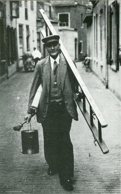 Gijsbertus van de Pijpekamp loopt door de Vijver. Hij was vijfendertig jaar lang Stadsaanplakker in vaste dienst tegen een jaarsalaris van f. 60,00. Hij leefde van 1870 tot           1953.