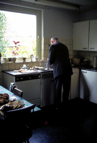 Teus van Hoogevest aan het werk in de keuken van zijn woonhuis aan de Tesselschadelaan 6.