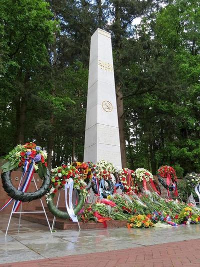 Het monument op het Russisch Ereveld, waar 77 van de 101 in Kamp Amersfoort omgekomen Russen werden gefusilleerd, na de kranslegging tijdens de herdenking op de Russische           Overwinningsdag, 9 mei 2014.