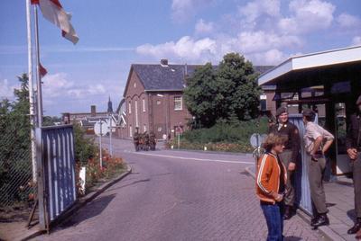 Ingang van de Juliana van Stolbergkazerne aan de Van Campenstraat.