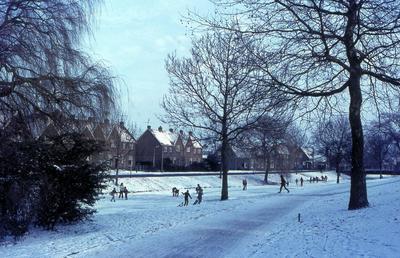 Plantsoen-Noord met spelende kinderen in sneeuw en ijs. Op de achtergrond de Scheltusstraat (later Scheltussingel).