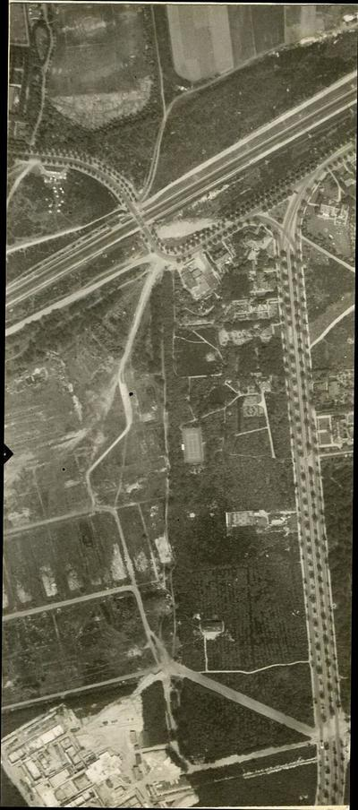 Luchtfoto van een deel van Bokkeduinen (boven) met links de B.W. laan. De B.W. laan gaat met een bocht over de spoorlijn naar Utrecht heen en loopt dan verder parallel aan           de spoorlijn en kruist de Daam Fockemalaan. Midden links het gebied waar in 1938 de Bernhardkazerne werd gebouwd. Tussen dat gebied en de Daam Fockemalaan het gebied waar later de Beroemde           Vrouwenbuurt gebouwd zou worden. Geheel onder links het Onze Lieve Vrouwe ter Eem complex in aanbouw. Vluchtbaan 6, nummer 106.