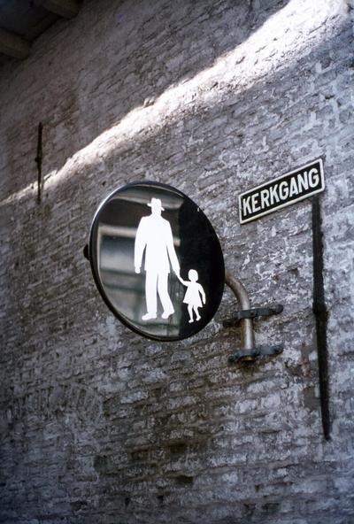 Verkeersbord dat aanduidt dat de Kerkgang een voetpad is. Het bord is geplaatst aan de gevel van Krommestraat 58.