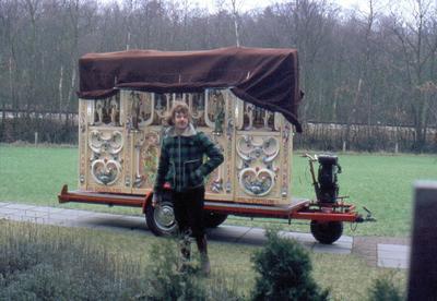 Het draaiorgel van H. Gossling uit Hilversum, opgesteld in de tuin achter bejaardenoord de Eemgaarde, Dorresteinseweg 49.