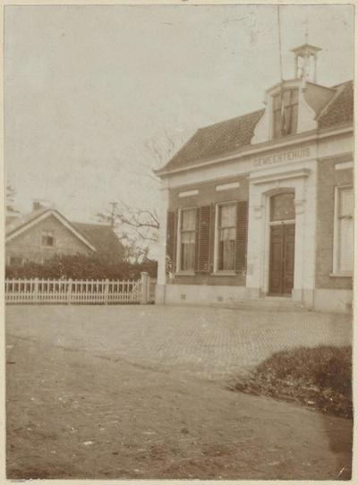 Gemeentehuis van Hamersveld (tot 1956). (Adres anno 2012: Burgemeester De Beaufortweg 63). Dit gemeentehuis is gebouwd in 1908. In 1956 is ertegenover een groter           gemeentehuis gebouwd.