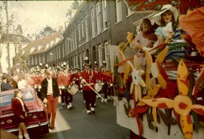 Muziekkorps als onderdeel van de keitrekoptocht op de Zuidsingel op zaterdag 19 augustus 1972. Tijdens de Keistadfeesten van 1972 staat Oostenrijk centraal. Op de           achtergrond (links) is het Huis van Cohen, Zuidsingel 38, zichtbaar.