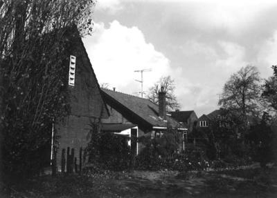 Overweghuisje Gerard Doustraat, Amersfoort. Ervoor een transformatorhuisje, gezien vanaf de Everhard Meijsterweg.