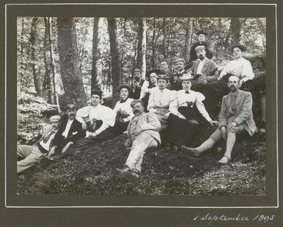 De Baarnsche Vélocipedeclub verpoost zich, zonder rijwielen, in het bos. Rechtsonder: J.E.W. Pos. Bij hem: M. van der Sleesen, die later met hem zou trouwen. Tweede van           links: Gerard Adriaan Pos en met haar arm leunend op zijn schouder waarschijnlijk Diederica Elsje Greidanus. G.A. Pos was één van de oprichters van de ANWB.