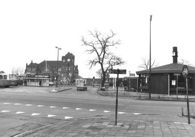 N.S.Station aan het Stationsplein, Amersfoort. Rechts het V.V.V.-gebouw.