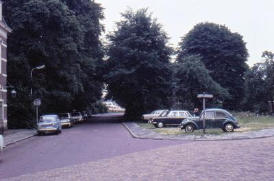 De Van Persijnstraat, gezien vanaf de hoek met de ventweg van de Stadsring (oorspronkelijk de Wijersstraat). Op het terrein rechts, waar enkele auto's geparkeerd staan,           stond voorheen villa Casa Cara.