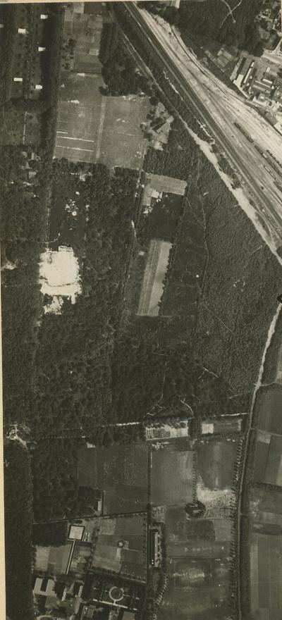 Luchtfoto van het gebied Bokkeduinen. Rechtsboven een deel van het spoorwegemplacement en het Soesterkwartier. Geheel onder, links, tuinen en gebouwen van het klooster Sint           Joseph aan de Barchman-Wuytierslaan. Deze foto is het linker exemplaar van een stereoscopisch paar, namelijk Vluchtbaan 4, nummer 66.