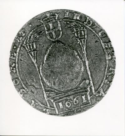 Voorzijde van een strooipenning, in 1661 verdeeld door Everardus Meijster, ter gelegenheid van het trekken en plaatsen van 'de Kei'. Te zien is hier de kei en het wapen van           Amersfoort.