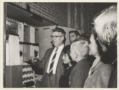 Stadsbeiaardier Van Ooik geeft uitleg over de speelband van het carillon