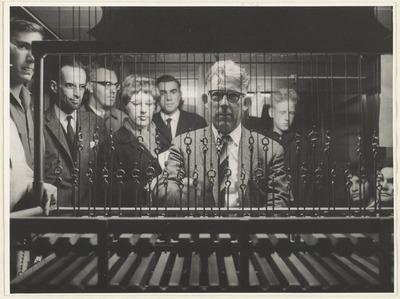 Stadsbeiaardier aan het carillon, met ernstige toekijkertjes