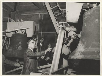 Stadsbeiaardier Van Ooik geef bezoekers uitleg van het carillon.