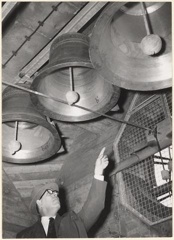 Wageningen 700 jaar stad (12 juni 1963) . Overdracht van het carillon. Beiaardier van Ooik bij de klokken in de toren van de Nederlands Hervormde Kerk