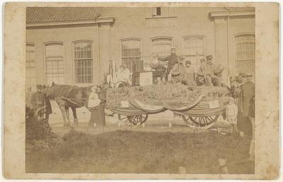 Wagen uit een optocht, vermoedelijk tijdens de landbouwfeesten van 1901, in de Parkstraat (later Niemeyerstraat), vóór school No: 1.