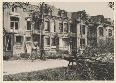 Twee foto's van woningen aan de Lawickse Allee. De beschadigingen aan de woningen zijn ontstaan na het opblazen van de bomen aan de Allee, door middel van springstof. Mei           1940