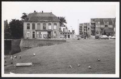 Blik op begin Hoogstraat gezien vanaf Emmapark. Het gebouw links is De Harmonie. Geheel links is de Nudebrug zichtbaar, rechts staan de studentenflats aan de Walstraat.