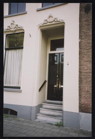Nudestraat nummer 5, met stucwerk boven de deur en het raam