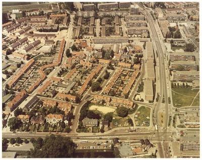 Luchtfoto. Beneden, Lawickse Allee, boven, de van Uvenweg, rechts, de Rooseveltweg, links van het miden, de Julianastraat. Linksboven de van Uvenweg