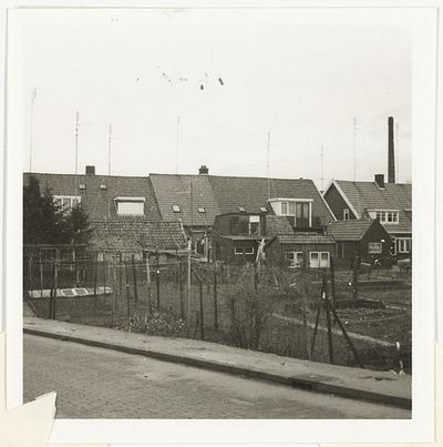 Harnjesweg 8 tot en met 18; achtergevels en schuren vanuit de Sportstraat gezien.