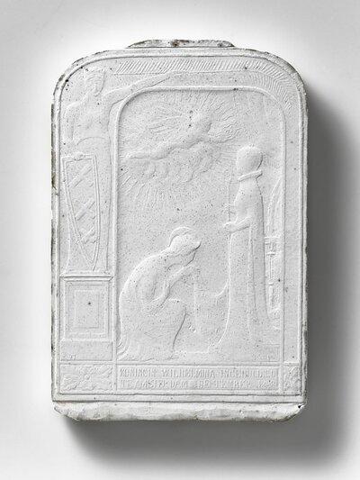 De Amsterdanse stedenmaagd links van een zwevende engel die een staande vrouw een kroon op het hoofd zet. Links onder een knielende figuur. Tekst onderdaan: KONINGIN           WILHELMINA INGEHULDIGD TE AMSTERDAM. SEPTEMBER 1898.