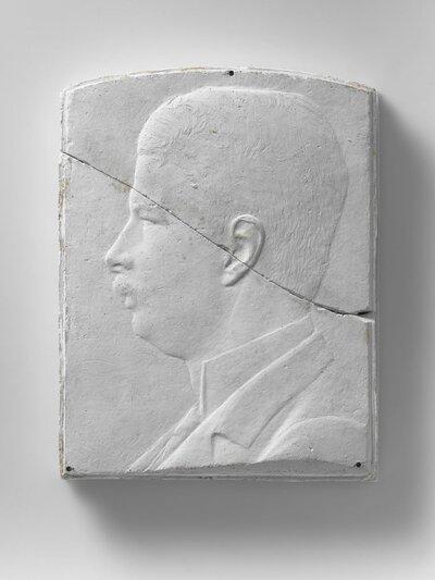 Portret van naar links gerichte man met snor, en profile, voorstellende jhr. mr. W.J.M. van Eysinga (31 januari 1878 Noordwijkerhout - 24 januari 1960 Leiden), hoogleraar in           het Nederlandse Volkenrecht te Leiden.