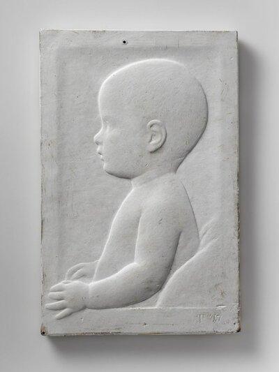 Portret van een baby. Naar rechts gericht en profile. Afgebeeld tot heuphoogte en de handjes op de hoogte van de buik.