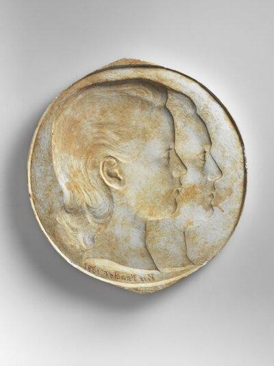 Portret van twee vrouwen, beiden naar rechts gericht en profile. Beeld is in negatief.