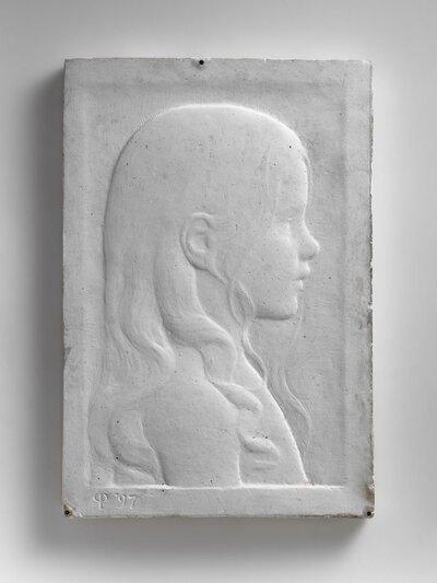 Portret van meisje met lang haar, waarvan een gedeelte over de schouder hangt. Naar rechts gericht en profile.