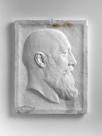 Portret van een man met lange baard, naar rechts gericht en profile.
