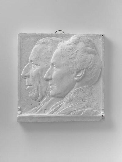 Dubbelportret van een man en vrouw, beide naar links gericht en profile. Vrouw heeft opgestoken haar met een knoet en hoge, kanten kraag.