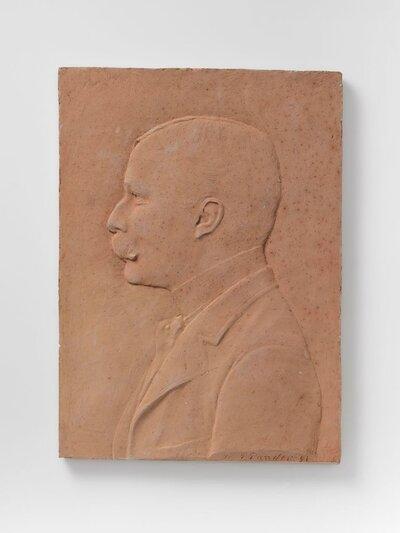 Buste heer met snor, scheiding in het midden en hoge ronde boord, voorstellend de Nederlandse politicus R. de Marees van Swinderen. (Groningen 6 oktober 1860 - Londen 17           januari 1955). Van 1906 tot 1913 was hij Minister van Buitenlandse Zaken.