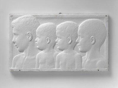 Portret van vier jongens, naar links gericht en profile.