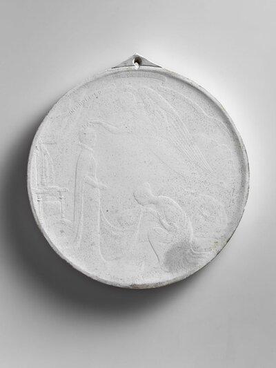 Ontwerp inhuldigingspenning Koningin Wilhelmina. Nauwelijks te onderscheiden voorstelling van voor haar troon staande koningin, de hulde in ontvangst nemend van drie           geknielde figuren. Een zwevende engel zet haar de troon op. In zwevende lint bovenaan: ingehuldigd 1898 september.