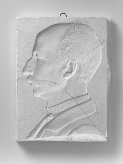 Portret van een man met snor, en profile naar links gericht. Het beeld is in negatief. Voorstellende dr. Nicolaas van Rijnberk (1845-1929), oogarts. Hij is zijn carriere           begonnen als officier van Gezondheid. In 1888 trad hij uit dienst en vestigde zich in Amsterdam. Hij zette zich in als bestrijder van oogziekten, waaronder trachoom, een ziekte die           veelvuldig voorkwam onder de arme bevolking door gebrek aan hygiëne.
