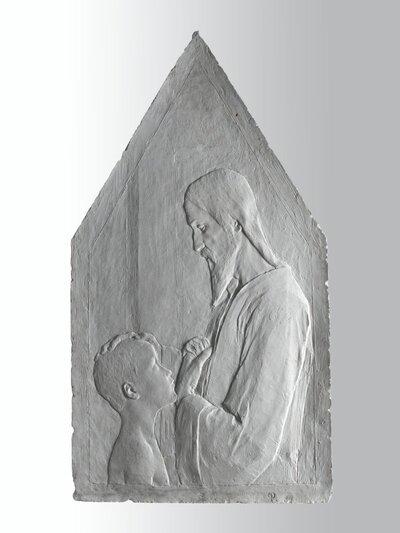 Een naar links gericht Christusfiguur, een kleine jongen de rechterhand op het hoofd leggend.