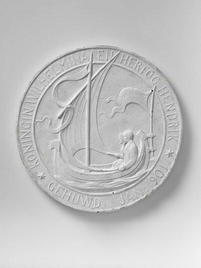 Afbeelding van man en vrouw gezeten in een zeilboot, voorstellende koningin Wilhelmina en prins Hendrik.Randschrift in haut-relief: KONINGIN WILHELMINA EN HERTOG HENDRIK           GEHUWD JAN 1901