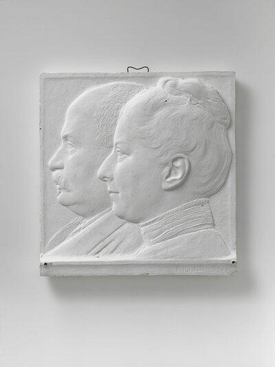 Dubbelportretvan man en vrouw, resp. met opgestoken haar met knoet en met snor. Naar links gericht en profile.