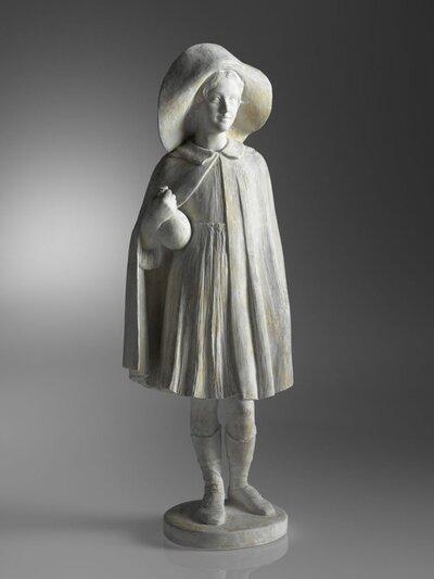Voluit staand meisje in cape en met grote, naar achter geslagen hoed, tegen haar rechter zij een kruik gedrukt houdend.